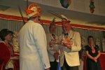 Harald Reuß von NCC Blau-Weiß überreicht Gastgeschenke