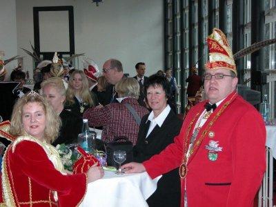 Erwarten die Ankunft des Ministerpräsidenten - v.l. Prinzessin Michaela I. - Conny Werner - Präsident Klaus Missing