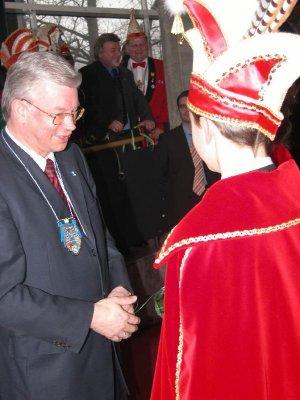 Ministerpräsident Roland Koch im Gespräch mit Prinz Steffen I.