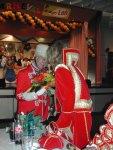 Der Hofmarschall überreicht Prinzessin Michaela I. einen Blumenstrauß