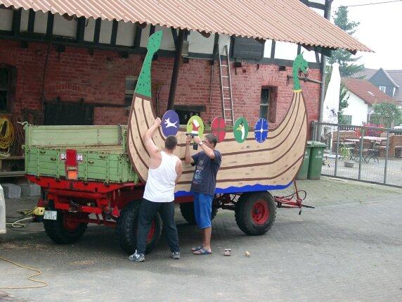 Jörn Langenegger und Ralf Meise verwandeln Kesten's agrartechnisches Gerät in ein Wikingerschiff.
