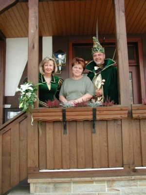 """Prinzessin Ute I. und Prinz Hans-Jürgen I. mit Karnevalswirtin Anni Kesten vom Gasthaus """"Zum Adler"""" in Nieste, der Nie"""