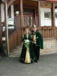 """Das Prinzenpaar vor dem Vereinslokal """"Zum Adler"""" - Hier findet der Niester Karneval statt."""