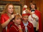 Mütze und Krönchen werden vonm Steffen I. und Michelle I.  an das neue Kinderprinzenpaar übergeben